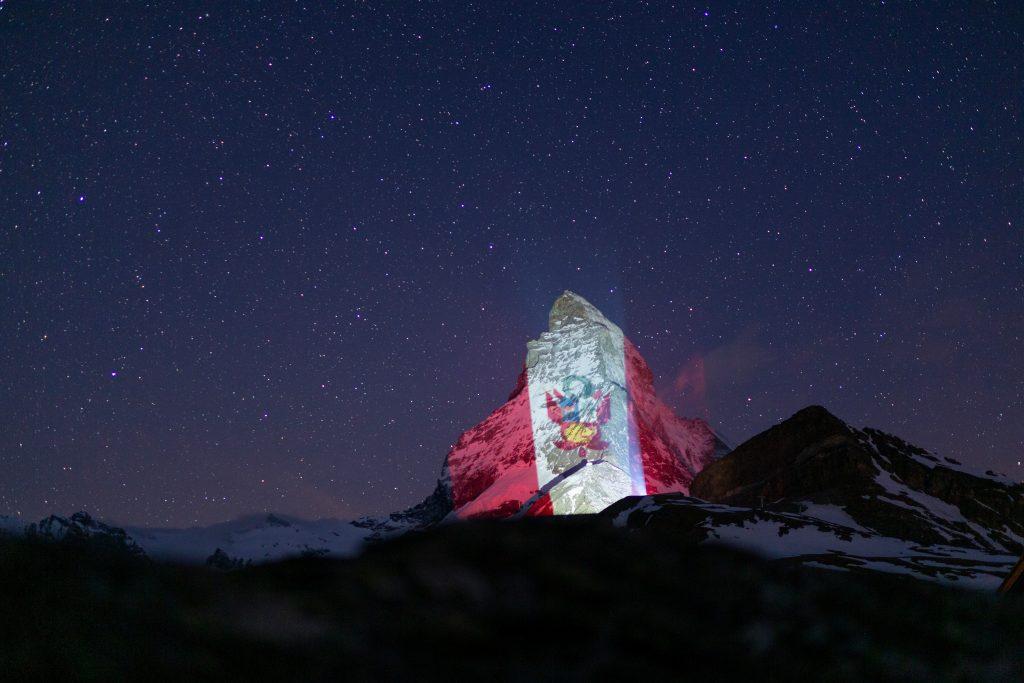 Bandera peruana en lo alto de los alpes suizos