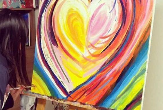 Karina Aliz: Artista peruana ayuda con su talento a los que más necesitan