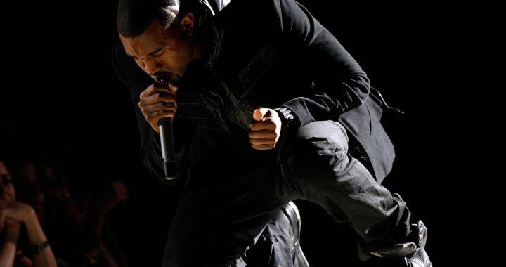 Zapatillas que usó Kanye West en los Grammy fueron vendidas por 1.8 billones de dólares