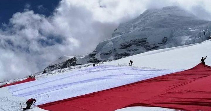 Perú celebra su Bicentenario con bandera gigante sobre el Huascarán