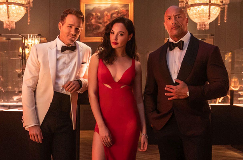 Netflix apuesta por 'La Roca', Gal Gadot y Ryan Reynolds en la película «Alerta Roja»